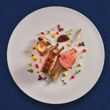 Rack of lamb with blackcurrant sauce and fried mushrooms